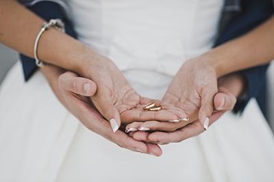 Prautpaar hält Ringe